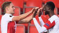 Slávisté Jan Kuchta a Abdallah Sima oslavují gól na 3:1 během utkání základní s Nice.