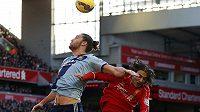 Andy Carroll (vlevo) z West Hamu v souboji s liverpoolským Lazarem Markovičem.