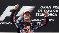 Mark Webber oslavuje vítězství ve Velké ceně Španělska.