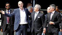Prezident FIFA Gianni Infantino (vlevo vepředu), šéf Peňarolu a člen etické komise FIFA Juan Pedro Damiani (uprostřed) a předseda uruguajského svazu Wilmar Valdez při setkání v Montevideu.