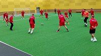 Čeští fotbalisté do 21 let při prvním tréninku v hale na Jedenáctce.