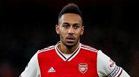 Arsenalský fotbalista Pierre-Emerick Aubameyang sleduje dění na hřišti.