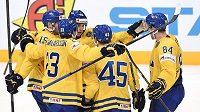 Hokejisté Švédska oslavují gól na 4:3 v utkání s Kanadou.