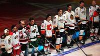 Účastníci Utkání hvězd NHL. Třetí zleva je Patrik Eliáš s číslem 26.