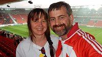 Velšan Gareth Hughes na pražském derby se svou ženou Genette.