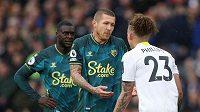 Fotbalista Watfordu Juraj Kucka diskutuje s hráčem Leedsu Kalvinem Phillipsem (vpravo) během 7. kola anglické premier League.