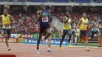 Jamajský sprinter Bolt (uprostřed) dokončuje na prvním místě závod Diamantové ligy v Paříži.