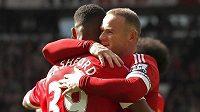Marcus Rashford a Wayne Rooney slaví gól Manchesteru United proti Aston Ville.