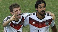 Autor hattricku Thomas Müller (vlevo) a Sami Khedira oslavují výhru německého týmu na MS nad Portugalskem.