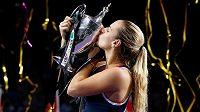 Dominika Cibulková líbá vítěznou trofej.