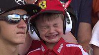 Kimi hned po startu vypadl a jeho malý fanoušek Thomas nebyl k utišení...