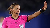 Francouzská rozhodčí Stéphanie Frappartová při říjnovém utkání EL Leicester - Luhansk.