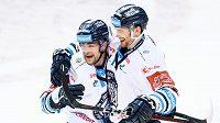 Hokejisté Liberce Radan Lenc z Liberce (vlevo) a Adam Musil oslavují gól na 2:0 během utkání semifinále play off Tipsport extraligy.