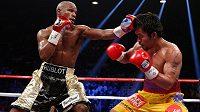 """Americký boxer Floyd Mayweather (vlevo) v """"zápasu století"""" s Filipíncem Mannym Pacquiaem."""