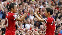 Fotbalisté Manchesteru United Robin van Persie (vlevo) a Ander Herrera se radují z gólu.