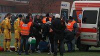 Ošetření Petra Malého proběhlo přímo na hřišti, jeden z pořadatelů držel podávanou infuzi...