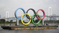 Obří olympijské kruhy dnes zmizely z přístavu v Tokiu, kde posledních sedm měsíců propagovaly letní olympijské hry naplánované na tyto dny.