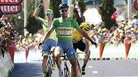 Slovák Peter Sagan v cíli 11. etapy Tour de France na první pozici, za ním lídr celkového pořadí Chris Froome z Británie.