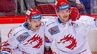 Hráči Třince zleva Michal Kovařčík a Andrej Nestrašil.