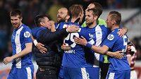 Fotbalisté Slovanu Liberec a trenér David Vavruška oslavují vítězství nad Spartou.