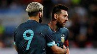 Argentinští fotbalisté Sergio Aguero a Lionel Messi oslavují branku v přátelském utkání s Uruguayí.