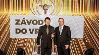 Tomáš Vavřinec se Zlatým volantem a řaditelem českého zastoupení Pirelli Janem Mulačem.