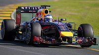 Red Bull řízený Sebastianem Vettelem během druhého tréninku na GP Austrálie.