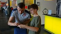 Útočník Tomáš Chorý se podepisuje jednomu z lovců autogramů