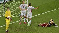 Dánský fotbalista Kasper Dolberg (uprostřed) slaví se spoluhráčem Mikkelem Damsgaardem gól v české síti během čtvrtfinále EURO.