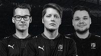 """U esportové organizace Entropiq končí trojice FIFA hráčů Patrik """"Huhnak"""" Hornák (vlevo), Štěpán """"RIIJK"""" Sobocki (uprostřed)a Owen """"Venny"""" Venn."""