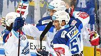 Hokejisté Komety Brno se radují zólu na ledě Sparty.