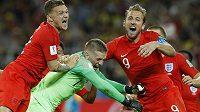 Radost fotbalistů Anglie (zleva) Kieran Trippier, brankář Jordan Pickford a kanonýr Harry Kane po vítězství v osmifinále MS proti Kolumbii.