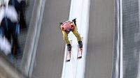 Rakouský skokan na lyžích Manuel Fettner během kvalifikačního skoku.