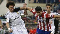 Obránce Realu Pepe (vlevo) se snaží zastavit Diaga Costu z Atlétika.