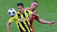 Útočník Dortmundu Robert Lewandowski (vlevo) ve finále Ligy mistrů bojuje o míč s Franckem Ribérym z Bayernu.