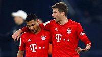 Fotbalisté Bayernu Mnichov Serge Gnabry a Thomas Müller odcházejí ze hřiště po utkání čtvrtfinále Německého poháru proti Schalke.