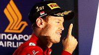 Sebastian Vettel slaví překvapivou výhru.