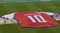 Před utkáním Česko - Dánsko byl rozprostřen na hrací ploše obrovský dres dánského reprezentanta Christiana Eriksena.