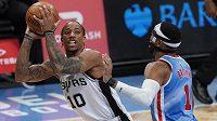 DeMar DeRozan v dresu San Antonia v utkání NBA, brání ho Bruce Brown z Brooklynu.