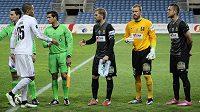 Brankář Vlastimil Hrubý (ve žlutém) a Luděk Pernica (první zprava) nastupují po boku kapitána Jablonce Tomáše Hübschmana v Algarve proti Kodani.