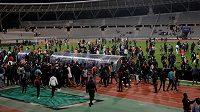 Přípravné fotbalové utkání v Paříži mezi africkými rivaly Senegalem a Pobřežím slonoviny zůstalo v pondělí nedohráno kvůli řádění fanoušků, kteří v závěru zápasu vtrhli na hřiště.