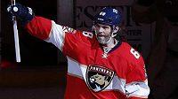 Jaromír Jágr zdraví fanoušky po zápase v Buffalu, v němž se v historické tabulce produktivity NHL dotáhl na druhého Marka Messiera.