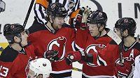 Radost hokejistů New Jersey po gólu Pavla Zachy (druhý zleva) v zápase proti Buffalu.