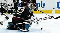 Hokejový brankář Josef Kořenář zasahuje v dresu Arizony během přípravného duelu na novou sezonu NHL.