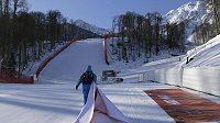 Pořadatelé při posledních úpravách trati pro sjezdové lyžování.