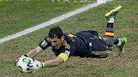Zákrok španělského gólmana Ikera Casillase v semifinále Poháru FIFA proti Itálii.