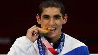 lympijským vítězem v boxu v kategorii do 57 kg se v Tokiu stal Albert Batyrgazijev z Ruska
