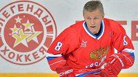 Slavný útočník Igor Larionov při utkání hokejových legend.