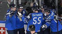 Finové se radují z gólu.