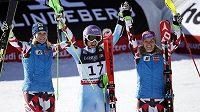 Tři nejlepší závodnice v superkombinaci: (zleva) stříbrná Nicole Hospová z Rakouska, vítězka Tina Mazeová ze Slovinska a bronzová Rakušanka Michaela Kirschgasserová.